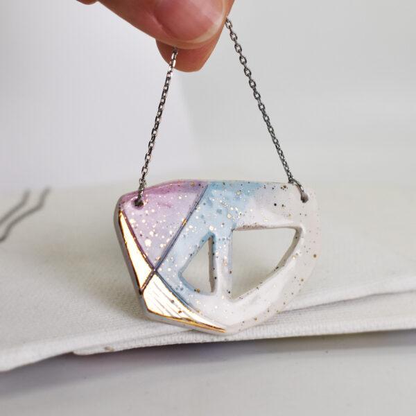 Pandantiv asimetric din ceramica pictata cu aur